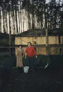 Dr. Reinhard Schmidl mit seiner Frau Doris auf der Kompost-Versuchsanlage